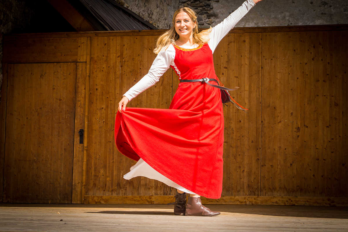Unsere Burgfrau Martina dreht sich auf der musikalischen Bühne