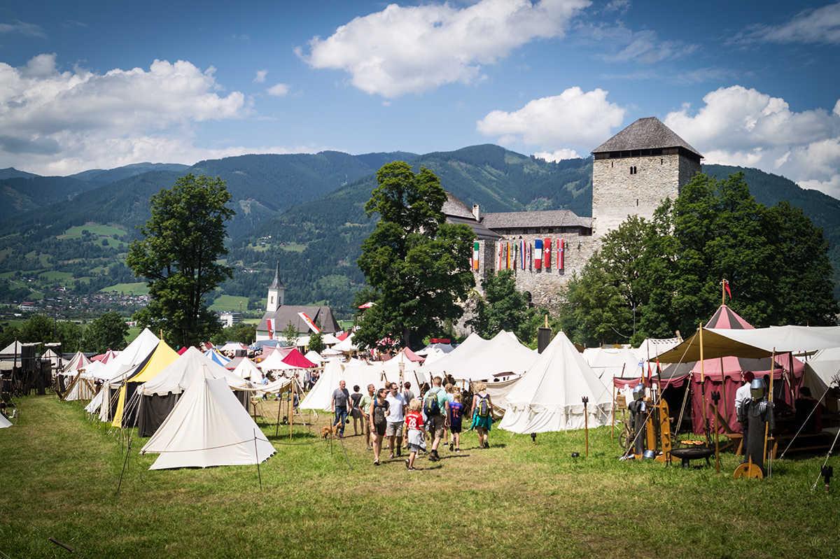 Zeltstadt und Markt vor der Burg