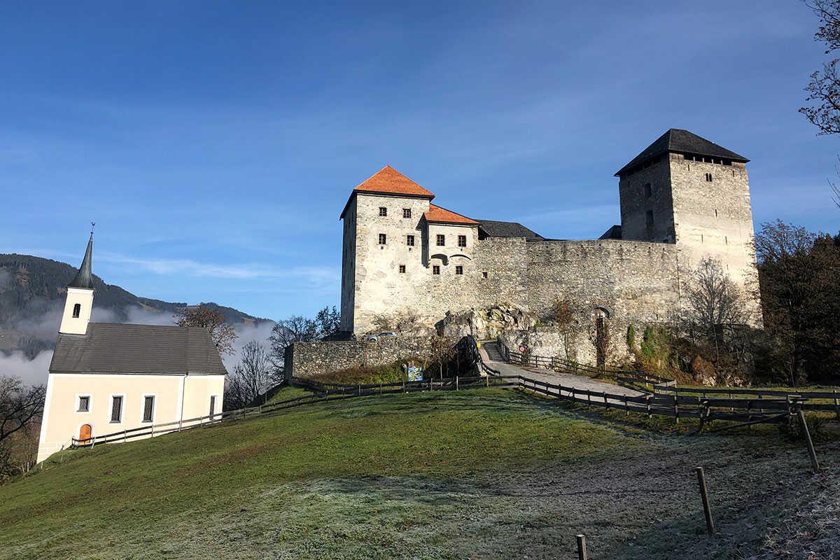 """Burg Kaprun mit goldenem"""" Burgdach in den Herbst"""